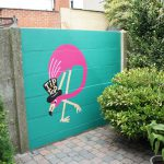Flamingo op betonnen tuinmuur
